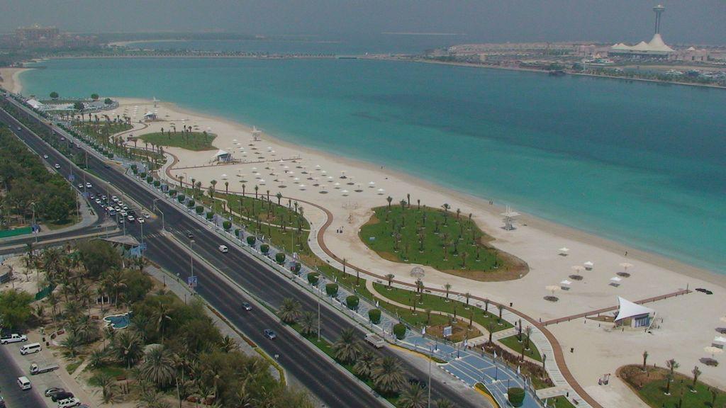 Пляж на Corniche Road