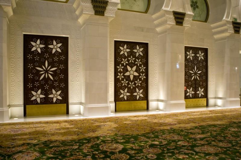 Помещение мечети со знаменитым ковром