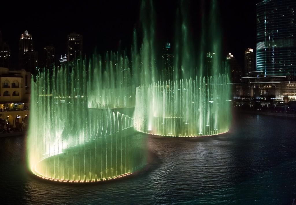 Вечернее шоу фонтана в Дубае