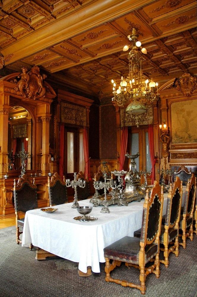 Столовая с красивым деревянным потолком
